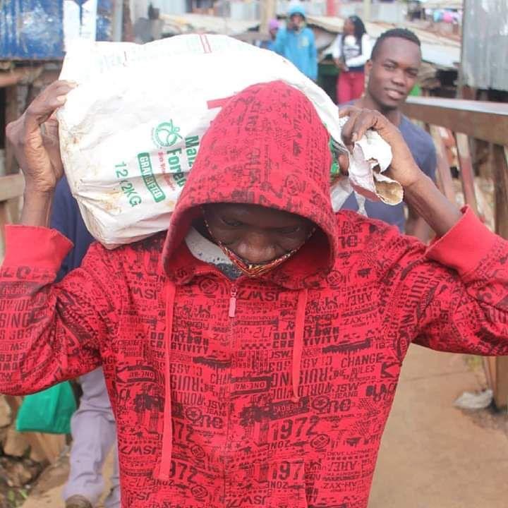 Stivo Simple Boy distributes food in Kibera