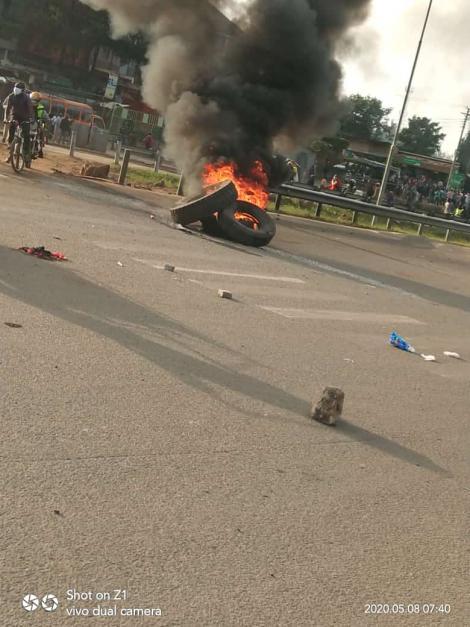 We demand to speak to Uhuru! Kariobangi residents barricade Outer Ring road
